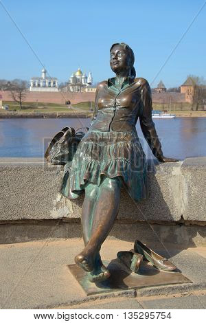 VELIKIY NOVGOROD, RUSSIA - APRIL 13, 2016: Monument girl-tourist close up, april day. Tourist landmark of the city Veliky Novgorod