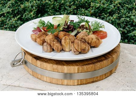 Chickenbreast in crispy breadcump coating with fresh salad
