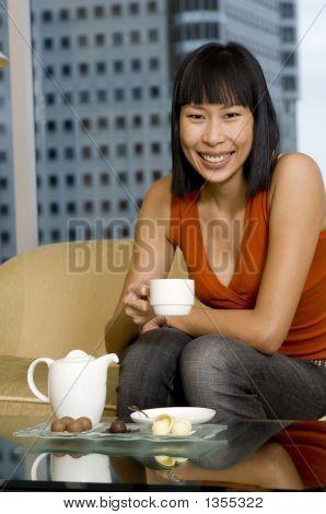 Mujer merendando
