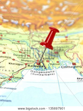 Map with selective focus and pin set on Kalkutta.