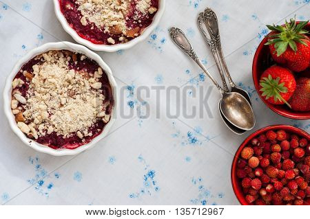 Wild strawberries and strawberries crumble in small bowls
