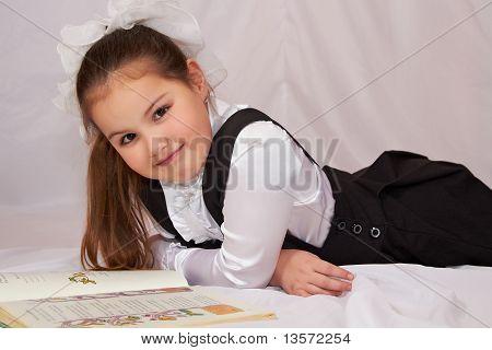 Ein Kind, ein Buch zu lesen.