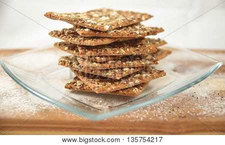 Integral biscuits plates with sesame and flax