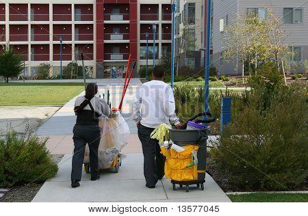 Ein Foto von Hausmeister reporting für Arbeit