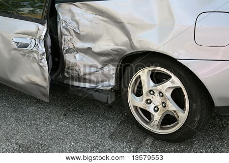 Un coche aplastado después de un accidente de coche