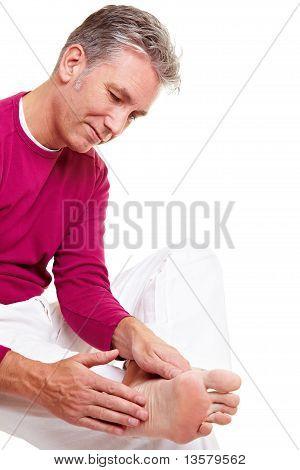 Sênior homem relaxar seus pés