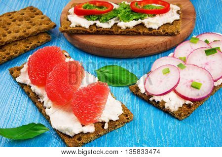 Sandwiches with ricotta fruits and vegetables. Quick Burger.