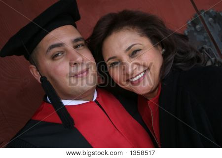 Graduado de la Universidad con su madre
