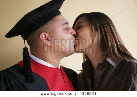 Beso de día de graduación