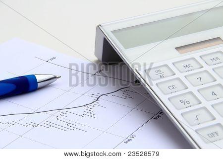 bajista balance gráfico con pluma azul y calculadora
