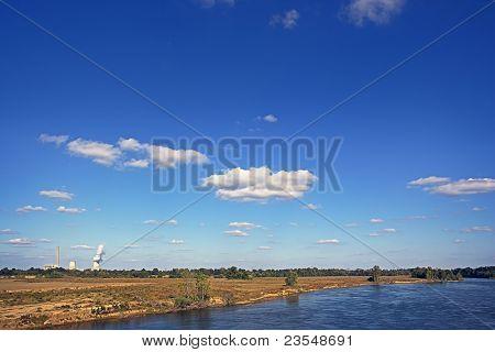 Torres de enfriamiento en el horizonte