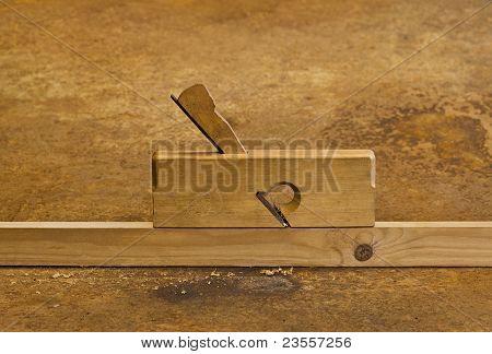 Plaina em madeira no fundo do Rusty