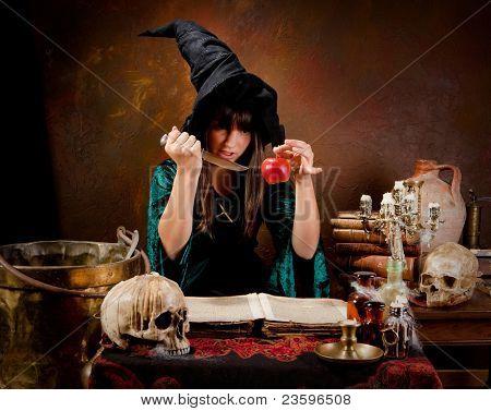 Halloween-Hexe, die Vorbereitung eines giftigen grünen Apfel (das Buch ist 300 Jahre alt, keine copyright-Probleme)