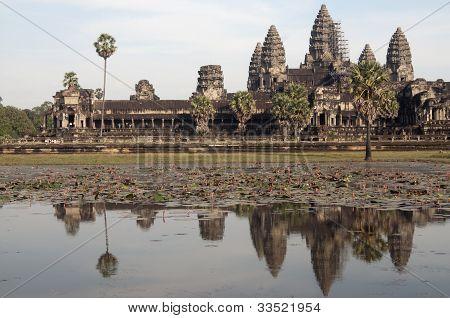 Angkor Wat vista & reflejo en el estanque