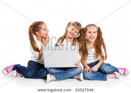 Tres chica atractiva usando una laptop