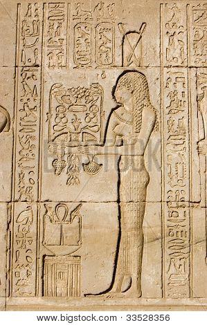 Sacerdotisa oferecendo a deusa Neith