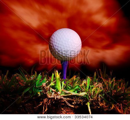 tee e bola de golfe