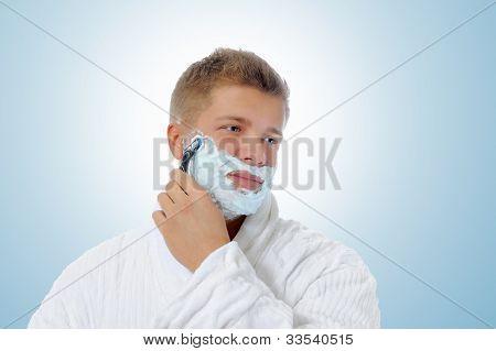 Jovem homem barbear