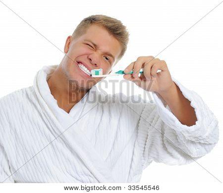 Homem escovar seus dentes
