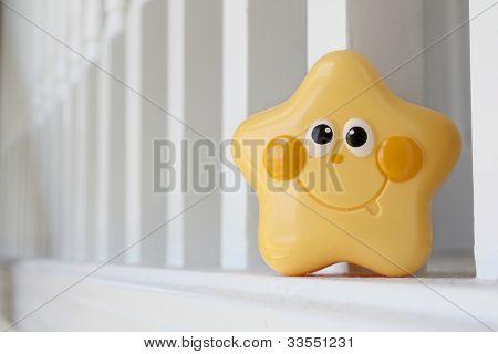 Brinquedo de estrela amarela na bannister