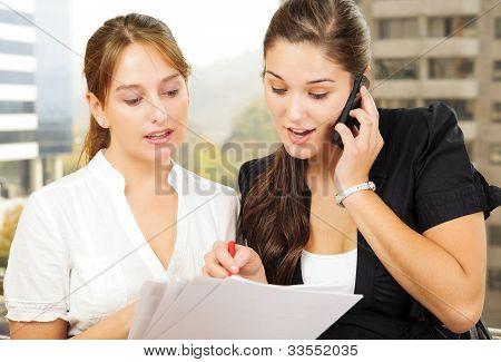 zwei Frauen tun des Geschäfts