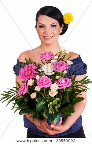 Florista segurando o arranjo de lindas rosas