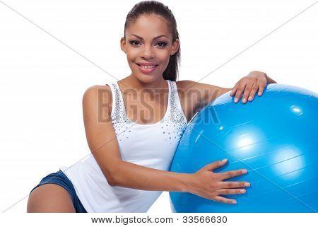 Menina com uma bola de pilates