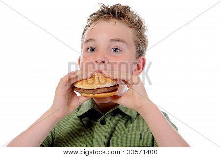 Menino comendo um hambúrguer