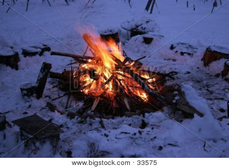Fuego de campamento de invierno