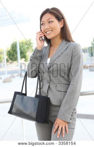 Asiatische Business-Frau am Telefon