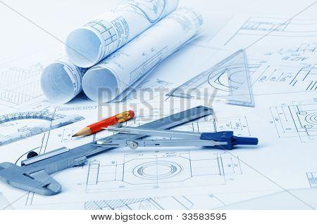 Os detalhes do plano Industrial, transferidor, compasso de calibre, divisor e um lápis vermelho