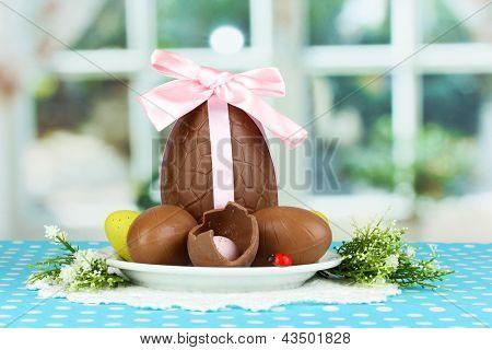 Composição de Páscoa e ovos de chocolate no fundo da janela