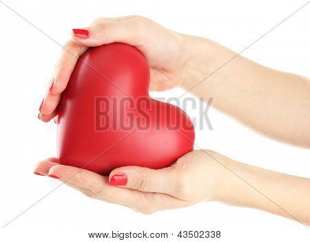Coração vermelho nas mãos da mulher, isolado no branco