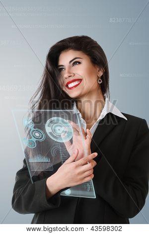 Joven empresaria trabajando en pantalla táctil