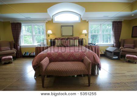 Dormitorio principal con cama Kingsize y hermosa ventana luz