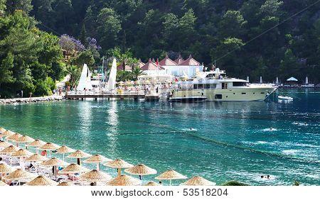 Yachten am Pier und Strand auf türkische Resort, Fethiye, Türkei