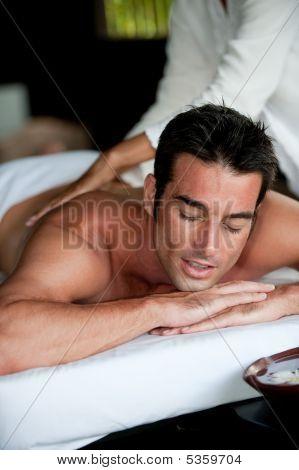 Hombre que tiene masaje