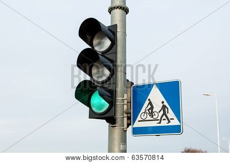 traffic lights with a keen light