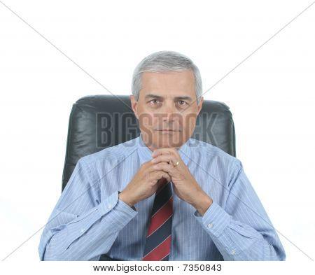 Empresario sentado en el escritorio