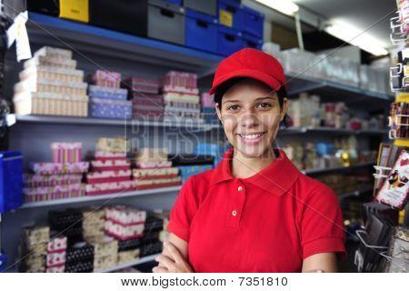 Joven mujer que trabaja en una tienda de caja de regalo