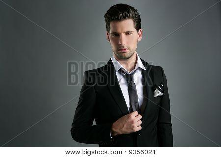 Mode junger Geschäftsmann schwarzen Anzug lässig Krawatte