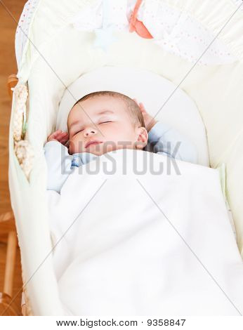 Nahaufnahme von einer Fröhlichkeit Baby schlafend In seiner Wiege