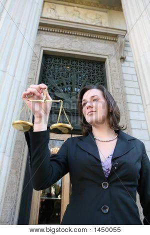Advogado segurando a escala