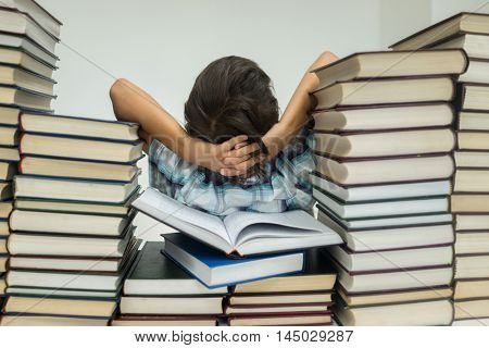 A kid in library reading books