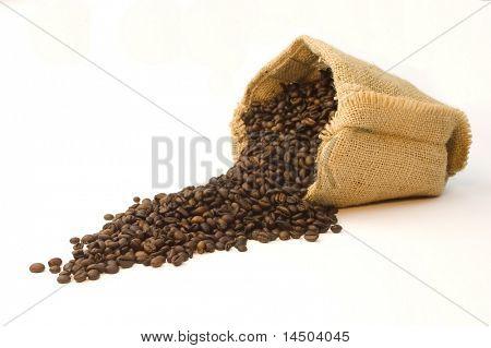 Bolsa de arpillera de granos de café sobre fondo blanco.