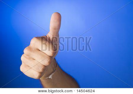 Hand mit Daumen auf royal blauem Hintergrund. Symbol für den positiven Erfolg!