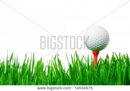 Golfball auf Tee auf grünem Gras isolated on white Background.