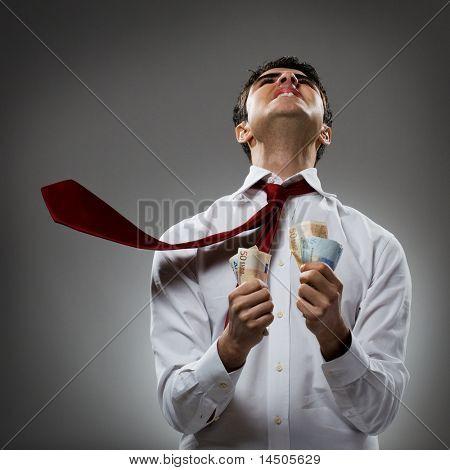 Maldición del joven empresario en el destino con corbata y montón de dinero. Recesión y crisis
