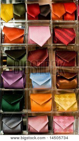 Regal voller feine Seide Krawatten in einem italienischen Textil-Speicher