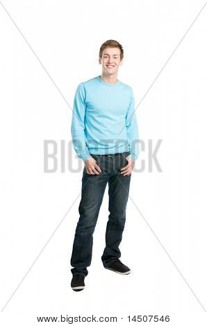 Descontraído jovem feliz sorrindo e pé isolado no fundo branco